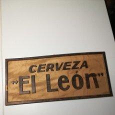 Coleccionismo de carteles: CARTEL CERVEZAS LEÓN EN RELIEVE, 34X15CMS. AÑOS 50-60. Lote 189177665