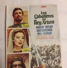 Coleccionismo de carteles: FOLLETO DE CINE DE MANO ANTIGUO PROGRAMA LOS CABALLEROS DEL REY ARTURO. Lote 194990305