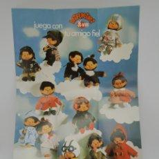 Coleccionismo de carteles: CARTEL DE LOS MUÑECOS VIRKIKI, MONCHHICHI, MONCHIHI, 'JUEGA CON TU AMIGO FIEL' AÑOS 70. Lote 211415701