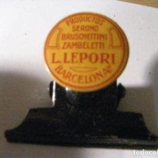 Coleccionismo de carteles: ANTIGUO SUJETAPAPELES CHAPA METALICA LITOGRAFIADA PRODUCTOS LEPORI BARCELONA MEDICAMENTOS PUBLICIDAD. Lote 236887015
