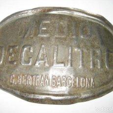 Coleccionismo de carteles: ANTIGUA PLACA METALICA MEDIO DECALITRO . G, BERTRAN BARCELONA 12/8CM. Lote 236888195
