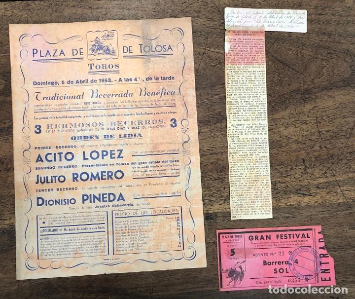 CARTEL PLAZA TOROS TOLOSA. 5 ABRIL 1953. RECORTE PRENSA Y ENTRADA (Coleccionismo - Carteles Pequeño Formato)