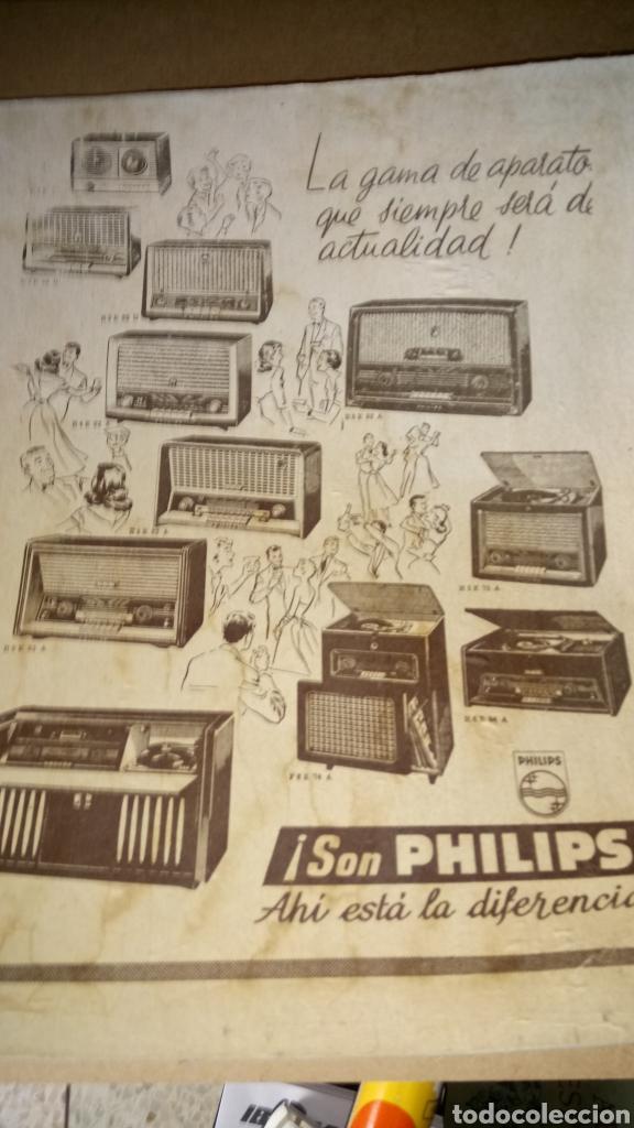 CARTEL DE CARTÓN DE RADIOS PHILIPS. AÑOS 50. (Coleccionismo - Carteles Pequeño Formato)