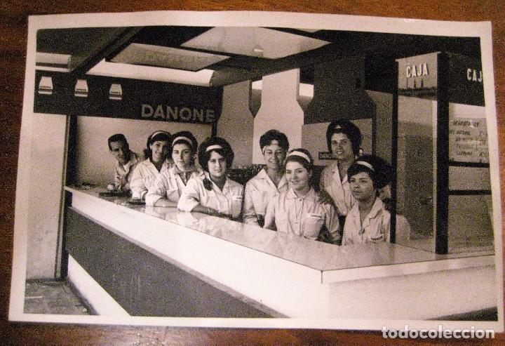 BONITA FOTOGRAFIA FOTO . STAND PUBLICIDAD DANONE . FERIA MUESTRAS BARCELONA 1962 . 18/11 CM (Coleccionismo - Carteles Pequeño Formato)
