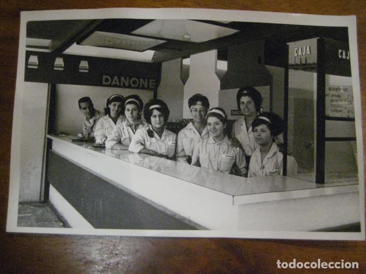 Coleccionismo de carteles: bonita fotografia foto . stand publicidad danone . feria muestras barcelona 1962 . 18/11 cm - Foto 2 - 270395173