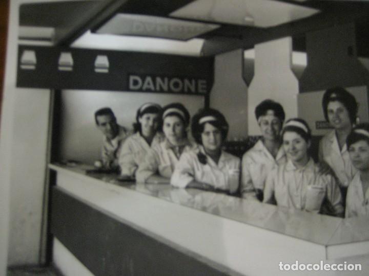 Coleccionismo de carteles: bonita fotografia foto . stand publicidad danone . feria muestras barcelona 1962 . 18/11 cm - Foto 3 - 270395173
