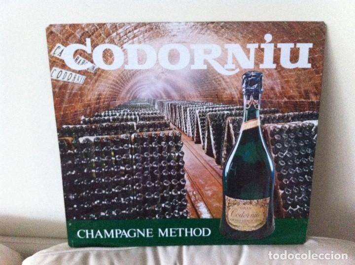 CARTEL METÁLICO CAVAS CODORNIU. CHAMPAGNE METHOD. ORIGINAL (Coleccionismo - Botellas y Bebidas - Cava)
