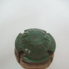 Coleccionismo de cava: ANTIGUO TAPÓN CON CHAPA - PLACA DE CAVA - CODORNIU - COLOR VERDE -NON PLUS ULTRA -SAN SADUNI DE NOYA. Lote 171489122