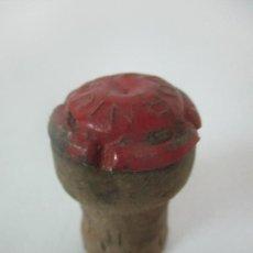 Coleccionismo de cava: ANTIGUO TAPÓN CON CHAPA - PLACA DE CAVA - CODORNIU - COLOR VERDE -NON PLUS ULTRA -SAN SADUNI DE NOYA. Lote 171573793