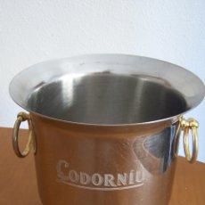 Coleccionismo de cava: CODORNIU CUBITERA ACERO CON ASAS DORADAS, PARA PRESENTAR BOTELLA EN HIELO. 19 CMS. ALTURA.. Lote 173993240