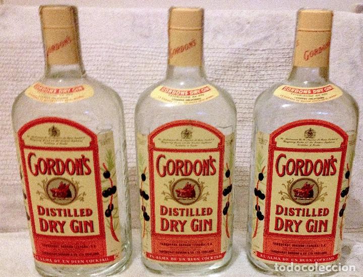 TRES BOTELLAS DE GINEBRA GORDON'S SIN ABRIR CON SELLO-PRECINTO HACIENDA. AÑOS 70' (Coleccionismo - Botellas y Bebidas - Cava)
