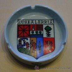 Ceniceros: CENICERO ANTIGUO CON ESCUDO DE EUSKALERRIA - PAIS VASCO - PORCELANA - AÑOS 70. Lote 31215524
