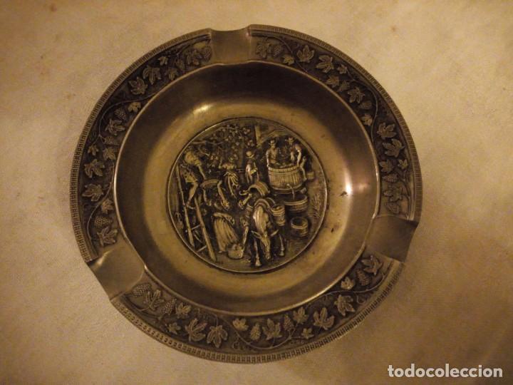 Ceniceros: Bonito cenicero de zinc con imagen de vendimia en relieve. - Foto 2 - 154440562