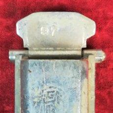 Ceniceros: FERROCARRIL. CENICERO PEQUEÑO CROMADO CON SOPORTE COLGADOR. RENFE. 1970. ESPAÑA. Lote 165148194