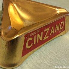 Ceniceros: VERMOUTH CINZANO VERMUT ANTIGUO CENICERO ALUMINIO DORADO TRICOLOR EN RELIEVE MBE. Lote 172371430