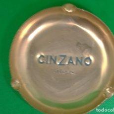 Ceniceros: CENICERO VINTAGE DE CINZANO DE ALUMINIO ANODIZADO. Lote 174091889