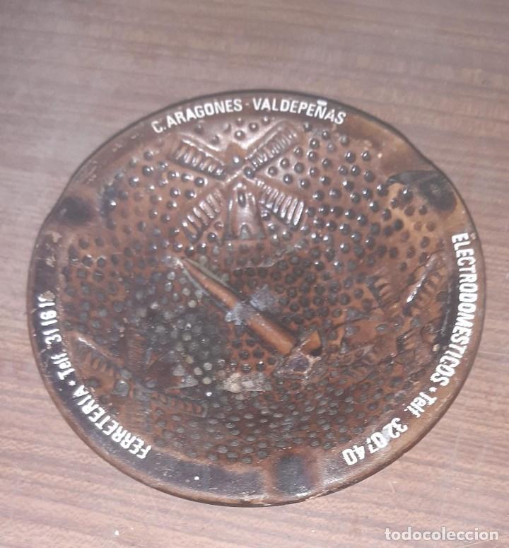 CENICERO ANTIGUO DE BARRO PUBLICIDAD FERRETERIA C. ARAGONES VALDEPEÑAS 13 CMS. DIAMETRO (Coleccionismo - Objetos para Fumar - Ceniceros)