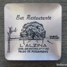 Ceniceros: CENICERO ALUMINIO BAR RESTAURANTE L'ALZINA. PALAU DE PLEGAMANS 1970. TARJETERO, BANDEJA. Lote 183404856
