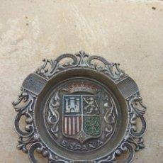 Ceniceros: ANTIGUO CENICERO METÁLICO CON ESCUDO DE ESPAÑA. Lote 184058222