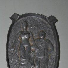 Ceniceros: CENICERO DE METAL - ESCENA ERÓTICA - DOBLE CARA. Lote 193757191