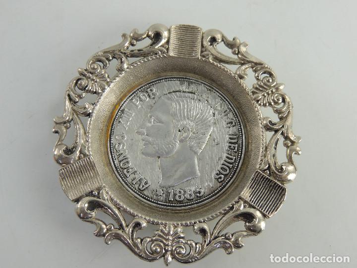 BONITO CENICERO DE METAL CON IMAGEN DE ALFONSO XII EXCELENTE OBJETO (Coleccionismo - Objetos para Fumar - Ceniceros)