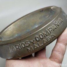 Ceniceros: ANTIGUA CENICERO LARIOS Y COMPAÑIA -COÑAC Y VINOS -MALAGA --CON SU PATINA BRONCE ESTAMPADO. Lote 237758440