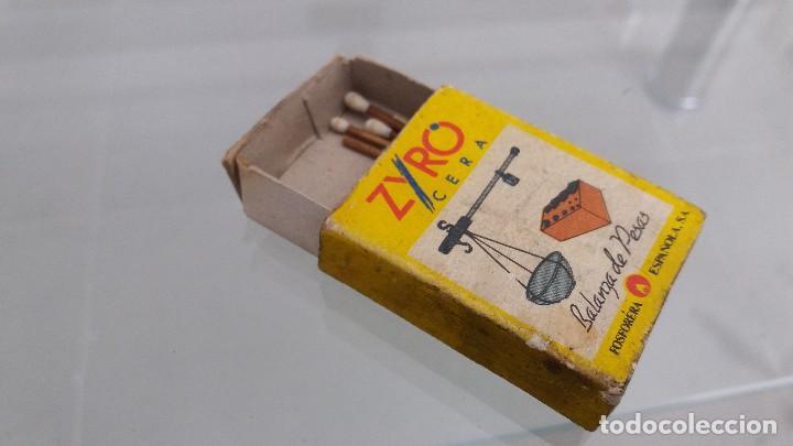 Cajas de Cerillas: Caja cajetilla de cerillas antigua Zyro balanza de pesas fosforera española - Foto 2 - 61809488