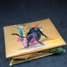 Cajas de Cerillas: CAJA DE CERILLAS FORRADA EN PIEL PINTADA A MANO MOTIVO TAURINO. Lote 132511390