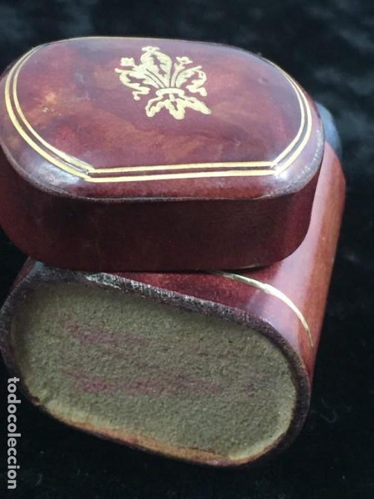 CERILLERO ANTIGUO DE CUERO CON FLOR DE LIS DORADA, BUEN ESTADO (Coleccionismo - Objetos para Fumar - Cajas de Cerillas)