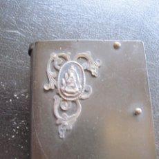 Cajas de Cerillas: ANTIGUO CERILLERO DE BAQUELITA CON ADORNO DE PLATA DE LA VIRGEN DE MONTSERRAT. Lote 174080602