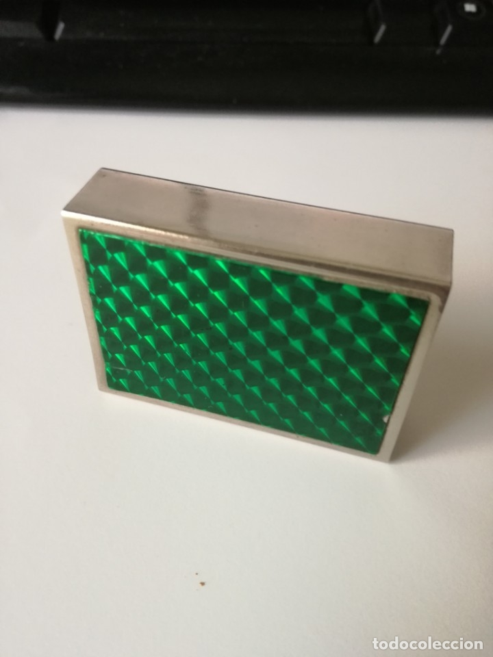 ANTIGUA CAJA CUBRE FÓSFOROS METÁLICA ENTRAMADO GUILLOCHÉ Y 1 CARA PLASTIFICADA VERDE 5,5 CM X 4 CM (Coleccionismo - Objetos para Fumar - Cajas de Cerillas)