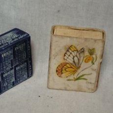 Cajas de Cerillas: ANTIGUA FUNDA METÁLICA PARA CAJA CERILLAS CALENDARIO 1956 PUBLICIDAD CALZONCILLOS DÓLAR. Lote 180121776