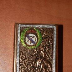 Cajas de Cerillas: ANTIGUA FUNDA METALICA DORADA CUBRE CAJA CERILLAS ESCUDO REAL MADRID Y FIGURA DON QUIJOTE S/FOSFOROS. Lote 208871043