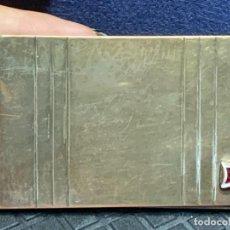 Cajas de Cerillas: CAJA METALICA CERILLERO PLANO CERILLAS PLANAS METAL PLATEADO VIDRIO COLOR RUBI 5,5X8CMS. Lote 273970943