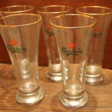 Coleccionismo de cervezas: CINCO VASOS COPAS DE CRISTAL CON PUBLICIDAD DE CERVEZA CARLSBERG . FILO DORADO . 17 CM ALTURA. Lote 34681472