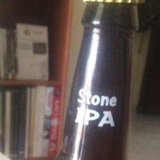 Coleccionismo de cervezas: BOTELLA DE CERVEZA STONE IPA. SAN DIEGO, CALIFORNIA, USA. CON DIBUJO SERIGRAFIADO Y CHAPA.. Lote 43989956