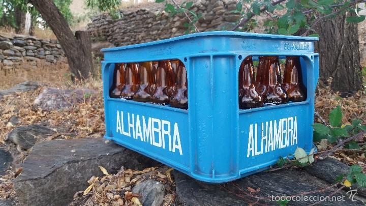 LOTE DE 24 BOTELLAS Y CAJA DE CERVEZA LA ALHAMBRA. BOTELLA DE 33CL GRANADA (Coleccionismo - Botellas y Bebidas - Cerveza )