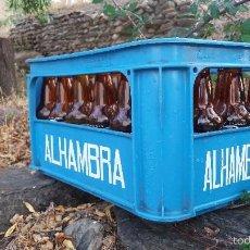 Coleccionismo de cervezas: LOTE DE 24 BOTELLAS Y CAJA DE CERVEZA LA ALHAMBRA. BOTELLA DE 33CL GRANADA. Lote 57895836