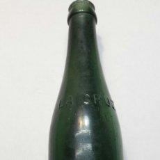 Coleccionismo de cervezas: BOTELLA ANTIGUA DE CERVEZA LA CRUZ DEL CAMPO LETRAS EN RELIEVE ESCASA. Lote 88865999