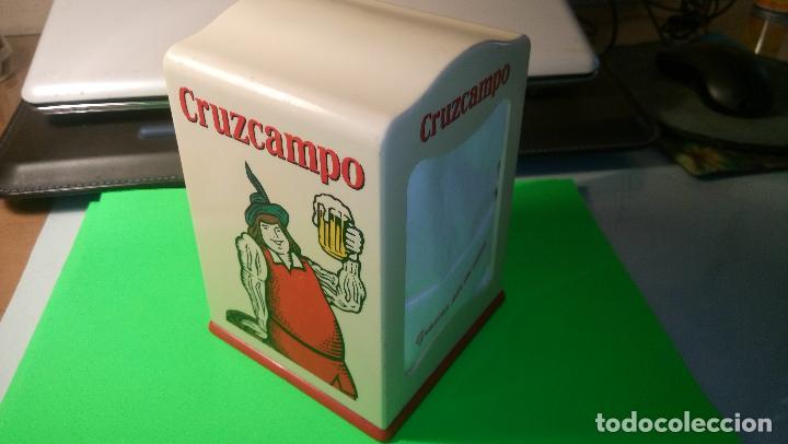 Coleccionismo de cervezas: SERVILLETERO CRUZCAMPO. LLENO + REPUESTO 2 PAQ. ORIGINAL DE CRUZCAMPO SEVILLA., SOBRE 40 AÑOS. FOTO - Foto 2 - 94949571