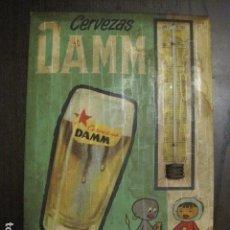 Coleccionismo de cervezas: DAMM CERVEZAS ANTIGUA CHAPA CARTON -AÑO 1961- TERMOMETRO ORIGINAL -VER FOTOS - (V-12.137). Lote 99653871