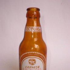 Coleccionismo de cervezas: BOTELLA CERVEZA VICTORIA, QUINTO ===GRABADO EN LA BASE: FRANQUELO=== CON COLLARÍN, SERIGRAFIADA. Lote 100717995