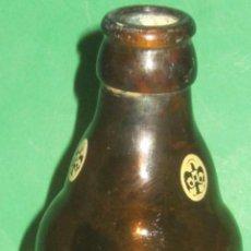 Coleccionismo de cervezas: EL AGUILA BOTELLIN ANTIGUO CON ESCUDOS EN EL CUELLO QUINTO Nº 4. Lote 105339439