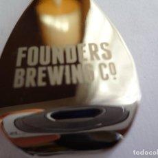 Coleccionismo de cervezas: LLAVERO ABREBOTELLAS CERVEZA FOUNDERS BREWING USA. Lote 105690639