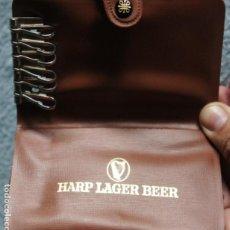 Coleccionismo de cervezas: ANTIGUO LLAVERO-TARJETERO PUBLICITARIO DE CERVEZAS HARP LARGER BEER. Lote 105861307