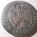 Coleccionismo de cervezas: ANTIGUO ESPEJO CERVEZA EL AGUILA PARA BOLSO. METÁLICO Y EN RELIEVE, 6 CMS. Lote 117326307