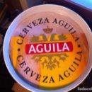 Coleccionismo de cervezas: BANDEJA METÁLICA CERVEZA EL ÁGUILA. ORIGINAL. 32 CMS. Lote 125215299