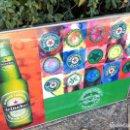 Coleccionismo de cervezas: CARTEL CERVEZA HEINEKEN PARA BARES. VARIAS CHAPAS.. Lote 130016371
