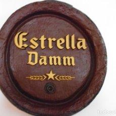 Coleccionismo de cervezas: CARTEL ESTRELLA DAMM SIMULANDO FRENTE BARRIL. Lote 130111731