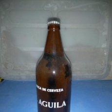 Coleccionismo de cervezas - Botella de litro (EL AGUILA) con su cerveza dentro sin abrir, años 80 - 132399518